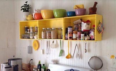 Alacena de cocina con cajas de frutas