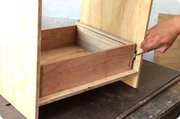 Se marca el frente del cajón con la mitad del riel